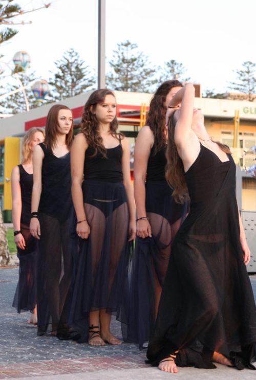 5 female Lift Dance Theatre students